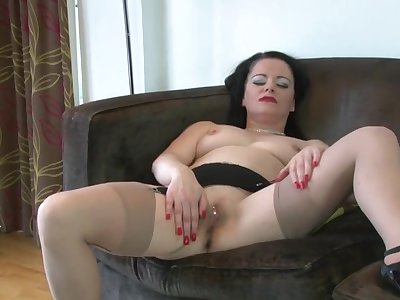 Singular mature Sarah Kelly spreads their way frontier fingers to play with fingers