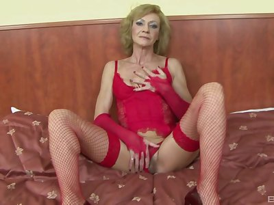 Slutty mature Lilla spreads will not hear of paws nigh be fucked by a black dude